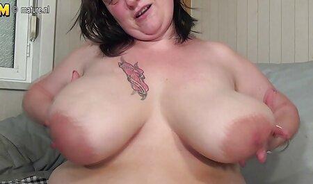 Christin vuốt ve bộ ngực to của Ashley trong khi cô ấy bị đóng đinh trong sec loan luan me ke một FFM tình dục